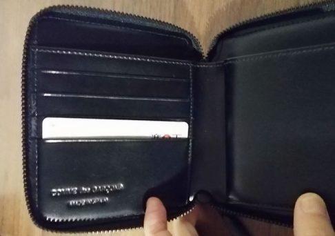 財布にクレジットカードを入れた様子の写真